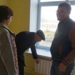 Александр Якимов проверяет батареи
