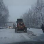 """Сегодня над расчисткой улиц от снега работают 14 единиц техники. Фото: Алексей Пасынков, """"Глобус""""."""