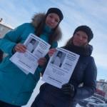 Волонтеры фонда раздавали прохожим листовки.   Екатерина Миниахметова и Екатерина Ялынская.