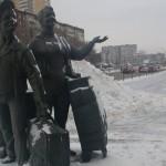 Явно ошибся скульптор, выбравший для предпринимателей, которые «встали» у рынка «Таганский ряд» в Екатеринбурге, такое счастливое выражение лиц. Нынче «малым» бизнесменам вовсе не до веселья. Фото: Татьяна Шарафиева