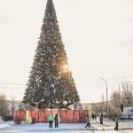 Новая гирлянда на городской елке в Краснотурьинске стала предметом широких обсуждений и споров. Хотите увидеть ее своими глазами? Фото: вадим аминов, «Вечерний Краснотурьинск»