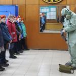 """Детям продемонстрировали, как правильно одевать общевойсковой защитный комплект и противогаз. Фото: Константин Бобылев, """"Глобус""""."""