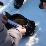 """Следователи составляют описание найденной шапочки. Фото: Константин Бобылев, """"Глобус""""."""