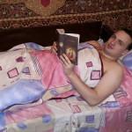 facebook: Реалити-шоу так реалити. Вечер в серовском бараке. Полчаса назад ушли последние журналисты. С 6 утра на ногах, так что можно уже книгу почитать и спать укладываться.  Кстати, великому русскому поэту С. Есенину в этом году 120 лет.