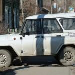 Нарушаем! Автомобиль участкового полиции Серова перегородил тротуар на Каквинской