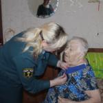 Поздравляла ветеранов и тружеников тыла внушительная делегация. Фото: предоставлено отделом надзорной деятельности.
