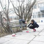 """У памятника, что рядом с почтамтом, покрасили скамейки. Все фото: Андрей Клейменов, газета """"Глобус""""."""