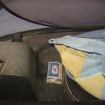Этот  спичечный коробок с двумя пакетиками с порошкообразным веществом белого цвета был обнаружен полицейскими на полке заднего стекла. Экспертиза показала, что порошкообразное вещество внутри является наркотическим. Фото: полиция Серова.