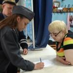 В поисках юной жительницы Лобвы полицейские Серова опрашивают местных жителей. Фото: полиция Серова.