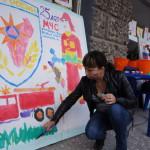 """К разрисовыванию плакатов присоединились даже взрослые. Фото: Андрей Клеймёнов, газета """"Глобус""""."""