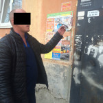 Один из лжеправоохранителей, устроивших разбойное нападение на квартиру пенсионерки. Проверка показаний на месте совершения преступления. Фото: полиция Серова.