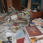 Понятно, что целесообразно было школу в поселке закрыть. Но при взгляде на эти книги, за душу берет печаль. Фото: Константин Бобылев, «Глобус».