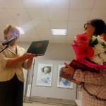 Наталья Мельникова, начальник Управления культуры, подарила музею книгу.