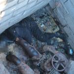 """В коллектор мужчина, предположительно, попал через пролом в стене. Сам люк был закрыт. Фото: Константин Бобылев, """"Глобус""""."""