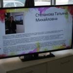 """а экране в выставочном зале транслируется информация об о всех художниках ,чьи работы представлены на выставке. Фото: Константин Бобылев, """"Глобус""""."""