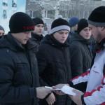 """Денис Поломарчук вручает памятки. Фото: Константин Бобылев, """"Глобус""""."""