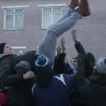 """Одна из традиций -- подкинуть призывника в воздух... главное поймать. Фото: Константин Бобыленв, """"Глобус""""."""