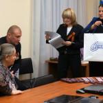 Глава Серова Елена Бердникова по поручения губернатора Свердловской области вручает памятный подарок маме погибшего при военных действиях серовчанина.