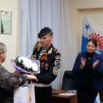 Цветы матери погибшего военнослужащего.