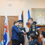 Медали ветеранам-морпехам вручала Елена Бердникова