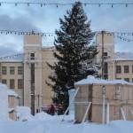 """В Серове новогоднюю елку накренило ветром. Фото: Владислав Завальнюк, читатель  газеты """"Глобус""""."""