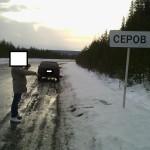 """Один из участников наркоцепочки, соглаасившийся помочь следствию, показывает место, где он """"поднял"""" закладку. Фото: полиция Серова."""