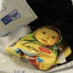 Куда же делась половина «Аленки»? И зачем надо было оставлять в посылке только пол-шоколадки? Фото: Константин Бобылев, «Глобус»