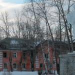 """разрушающиеся дома на центральной площади поселка не первый год беспокоят местных жителей. Фото: Константин Бобылев, """"Глобус""""."""