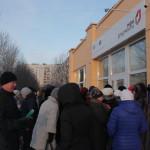 """Люди мерзнут в многочасовых очередях. Фото: Константин Бобылев, """"Глобус""""."""