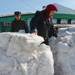 """Завалы снега Ноне Вениаминовне доходят выше пояса. Фото: Константин Бобылев, """"Глобус""""."""