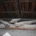 """Балки, удерживающие крышу вырваны, металлические скобы просто на просто порваны. Кровля продолжает сползать все ниже. Фото: Константин Бобылев, """"Глобус""""."""