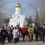 """Жители поселка Энергетиков ведут Ларису Фечину по улицам, показывая самые """"болевые"""" точки."""