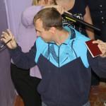 """Обязательный досмотр на входе в пункт приема экзамена. Фото: Костантин Бобылев, """"Глобус""""."""