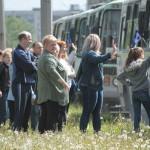 """Родители не расходились до тех пор, пока автобусы не умчались проч. Фото: Константин Бобылев, """"Глобус""""."""
