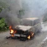 Автомобиль сгорел на автодороге между серовскими поселками Андриановичи и Мирный. Все фото предоставлены Ксенией Васютиной.