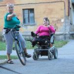 Так и путешествуют: Вера на коляске, мама – на велосипеде. За 20 лет город сильно изменился. Фото: Константин Бобылев, «Глобус»
