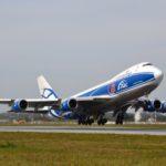 Взлёт Боинга 747-400 ERF авиакомпании AirBridgeCargo. Воздушный грузовик утром прилетел из Амстердама (привёз цветы из Голландии) и обед улетел далее в Новосибирск.  Boeing 747-400 - один из самых больших самолётов в мире. Как оказалось, данная версия самолёта уже не производится с 2007 года, сейчас завод выпускает только обновлённые 747-8. 747-й способен взять на борт до 624 пассажиров и пролететь с ними до 14 200 километров. Или же, в грузовой версии, 112 тонн груза. В самолёт может поместиться 41 азиатский слон или 12 Камазов. Высота самолёта Boeing 747 - 19.4 метра, то есть высота этого самолёта равна высоте 7-и этажного дома, размах крыльев 65 метров. Запас топлива 216 тонн.