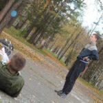 """Ребята своими телами выкладывают знаки на земле. Фото: Константин Бобылев, """"Глобус""""."""