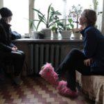 """Теплые тапочки, куртки, шубы -- жители дома в ожидании тепла согреваются как могут. Фото: Константин Бобылев, """"Глобус""""."""