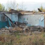 """Пока администрация не торопится избавляться от нежелых домов, горожане разбирают их на дрова. Фото: Константин Бобылев, """"Глобус""""."""