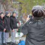 """Провожающие торопились запечатлеть призывников на память. Фото: Константин Бобылев, """"Глобус""""."""