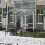 """Скоро над крыльцом должен появиться навес, пока что на его месте только металлический каркас. Фото: Константин Бобылев, """"Глобус""""."""