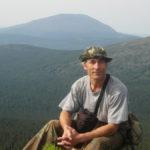 Виктор Комаров в одном из походов на фоне Косьвы. Фото: предоставлено Виктором Комаровым