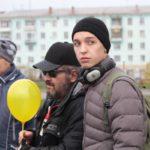 """Студенты под руку сопровождали членов общества слепых. Фото: Константин Бобылев, """"Глобус""""."""
