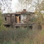 """Пока даминистрация раздумывает над тем, закладывать в бюджет на будующий год средства на снос домов, горожане не теряются и рабирают брошенные дома на дрова. Как бы не завалило кого... Фото: архив """"Глобуса""""."""