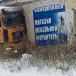 """В Серове грузовик въехал в здание. Фото: Екатерина Георгица, опубликовано в группе """"Это Серов, детка"""" в соцсети """"Вконтакте""""."""