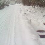 """Вдоль дороги люки открытые, пешеходных дорожек нет. Снега все больше. Фото: Константин Бобылев, """"Глобус""""."""