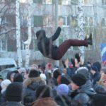 """Провожали сегодня шумно, с хлопушками. Фото: Константин Бобылев, """"Глобус""""."""