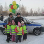 В Серове детсадовцы поздравляли мам. Все фото: ГИБДД Серова.