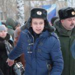 """Провожающие долго не хотели отпускать призывников. Фото: Константин Бобылев, """"Глобус""""."""